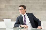 homme-lunettes-cravate-ordinateur