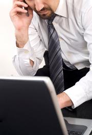 chemise-cravate-telephone-ordinateur-homme