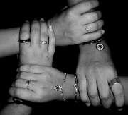 mains-bras-bijoux