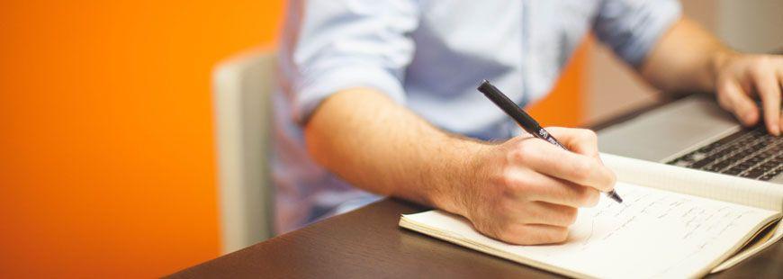 ordinateur-homme-stylo