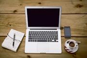 bureau-ordinateur-cahier-telephone-tasse-cafe