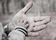 enfant-homme-mains