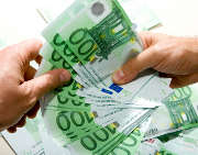 billets-argent-euros-mains