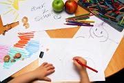 enfant-dessins-crayons-couleurs